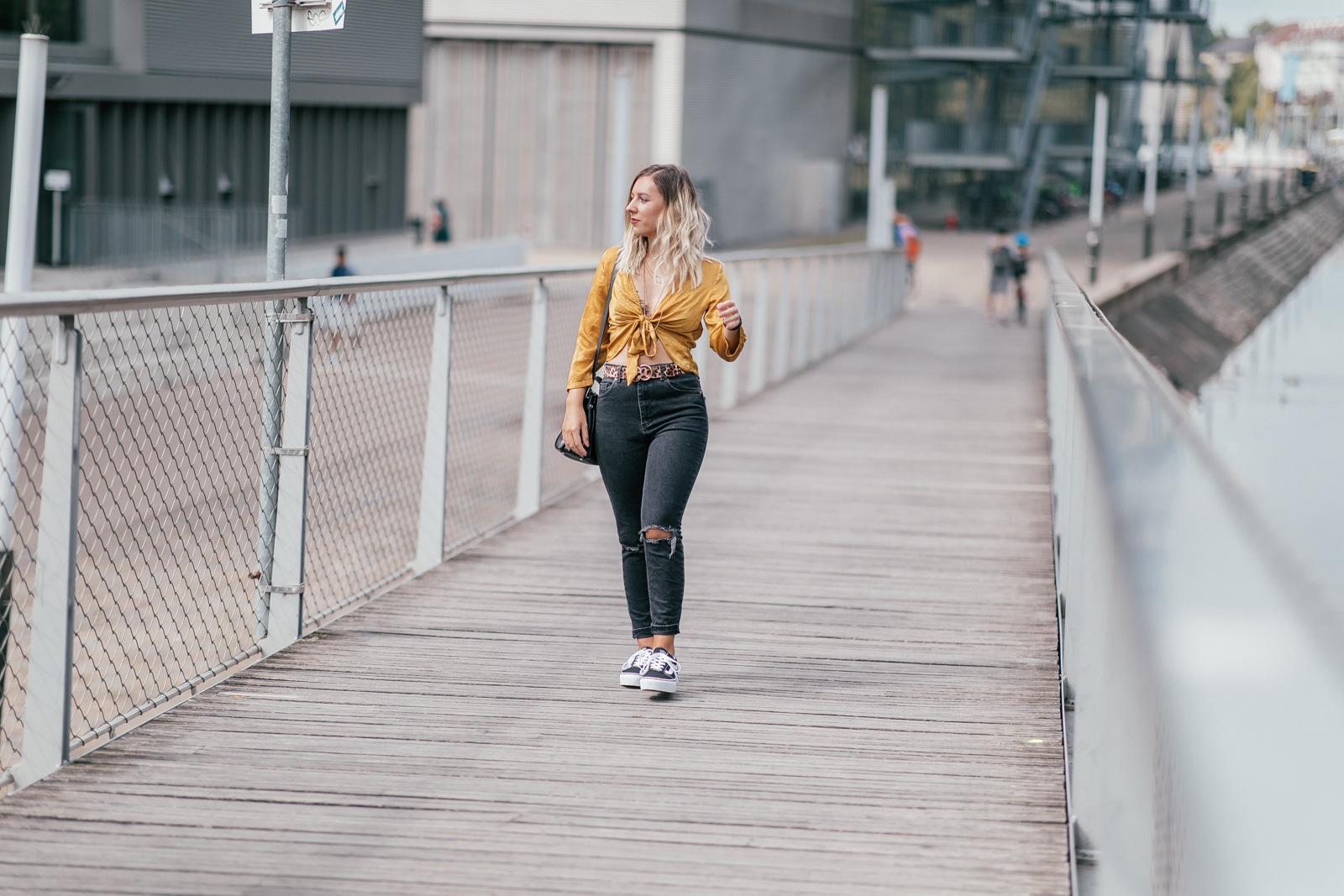 tenue jaune moutarde et léopard