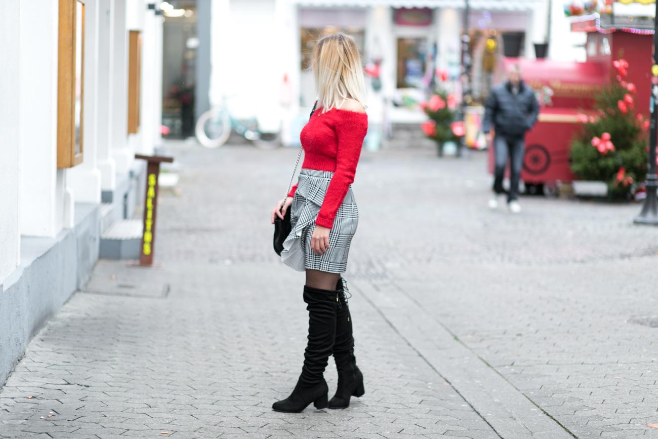 Look spécial fêtes jupe prince de galles pull rouge